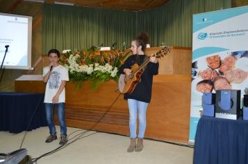 Sara Cruz acompanhada por um aluno
